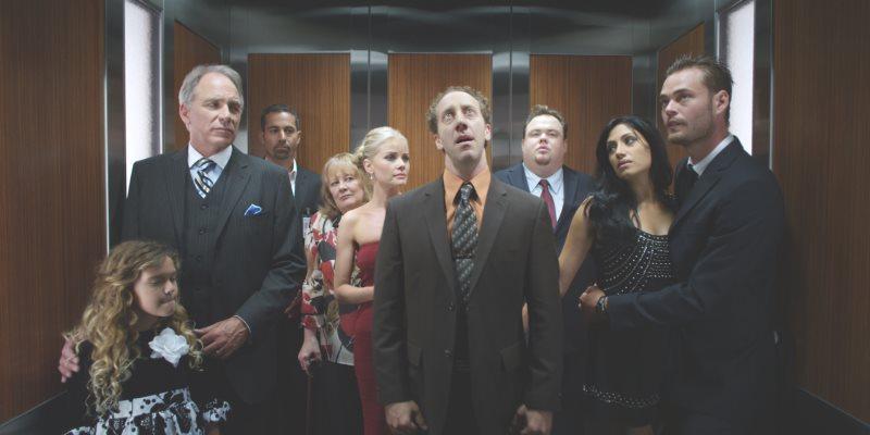 colocarse dentro de un ascensor