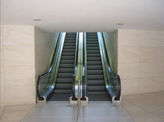 ¿Por qué sentimos pérdida de equilibrio al andar sobre una escalera mecánica rota?