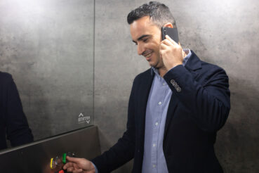 ¿Por qué hay espejo en la mayoría de ascensores?