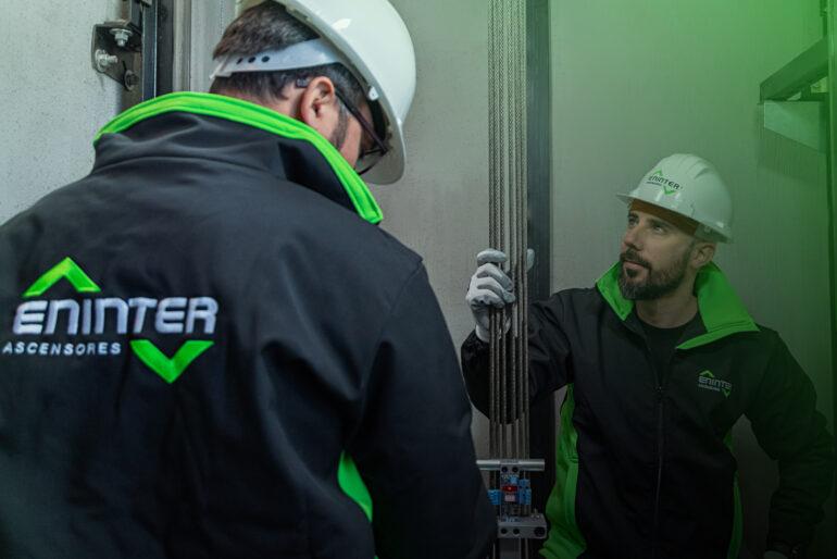 ¿Qué aspectos se revisan en el mantenimiento de un ascensor?